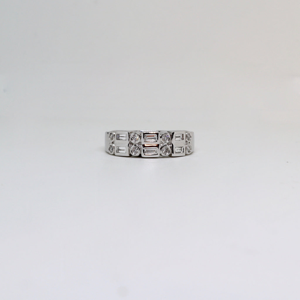 Diamond round and baguette diamond rubover ring