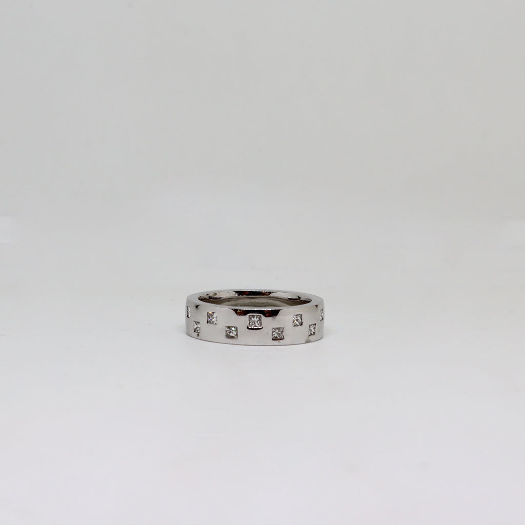 White gold polished finish with intermittent diamonds