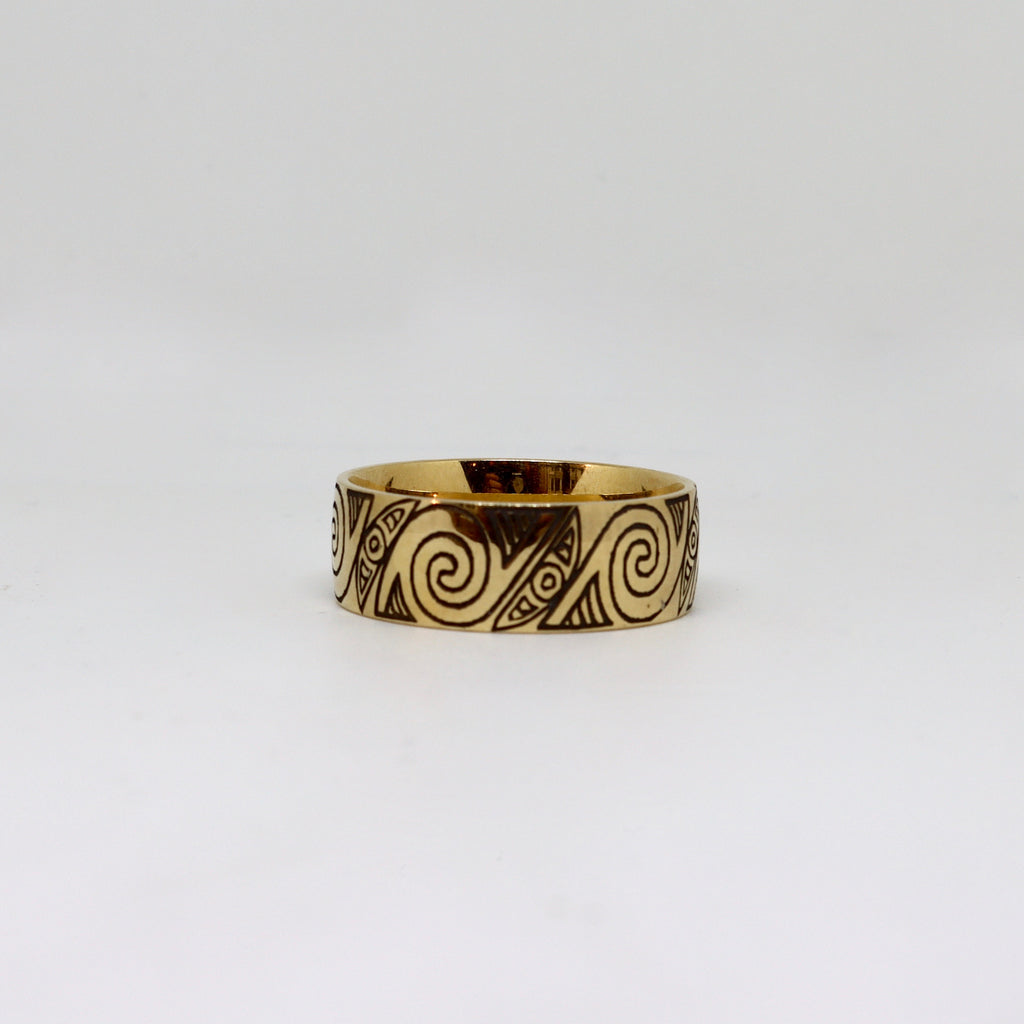 Yellow gold ring with black etched korus