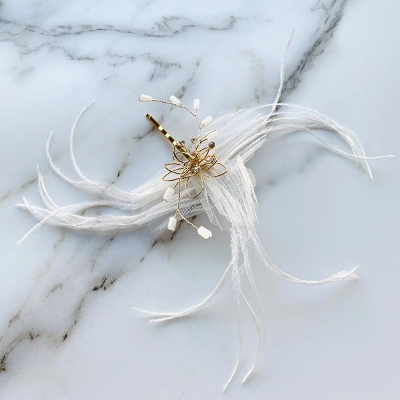 Hairpin wedding, Bridal hair clip with white silk flower and white feathers, rustic and poetic hair accessory