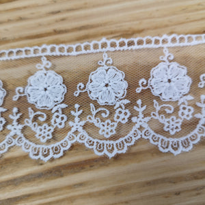Embroidered tulle lace - white