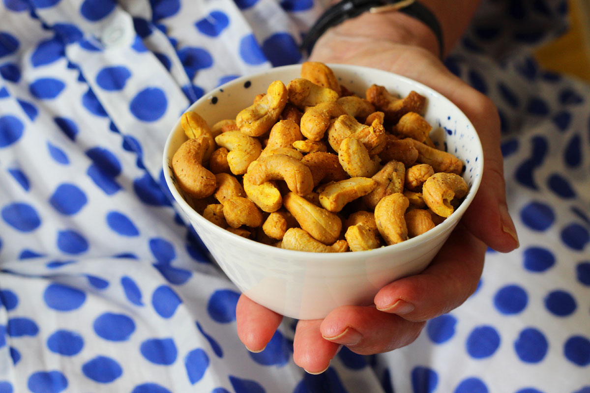 Roasted turmeric cashews