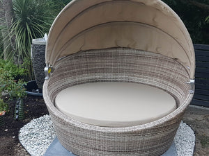 Seashell Wicker Round Daybed with Retractable Canopy