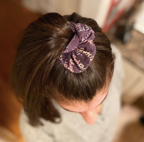 high ponytail with scrunchie 90s hairstyle