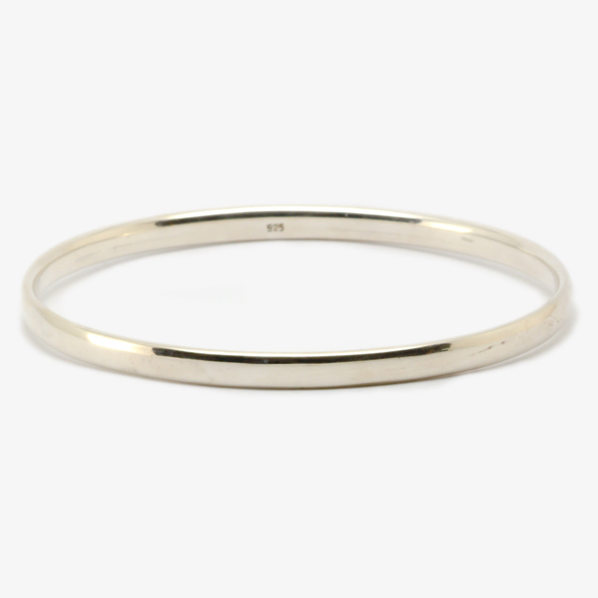 Picture of the bangle in silver with a width of 0.5 cm and in an oval shape front view.