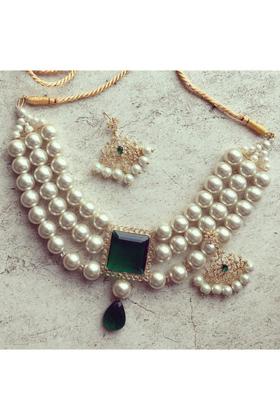 Square jade and pearl choker with persian earrings.