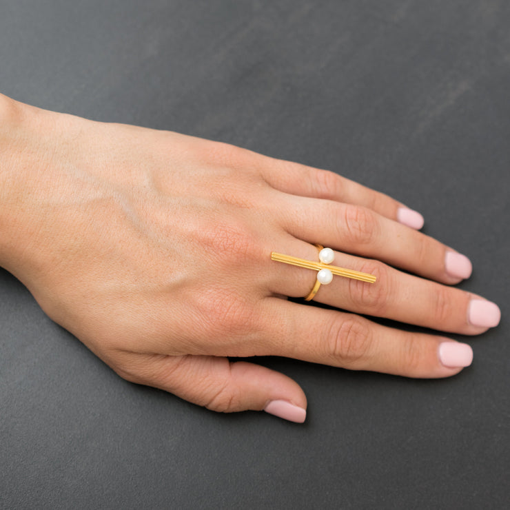 Bar ring with pearls