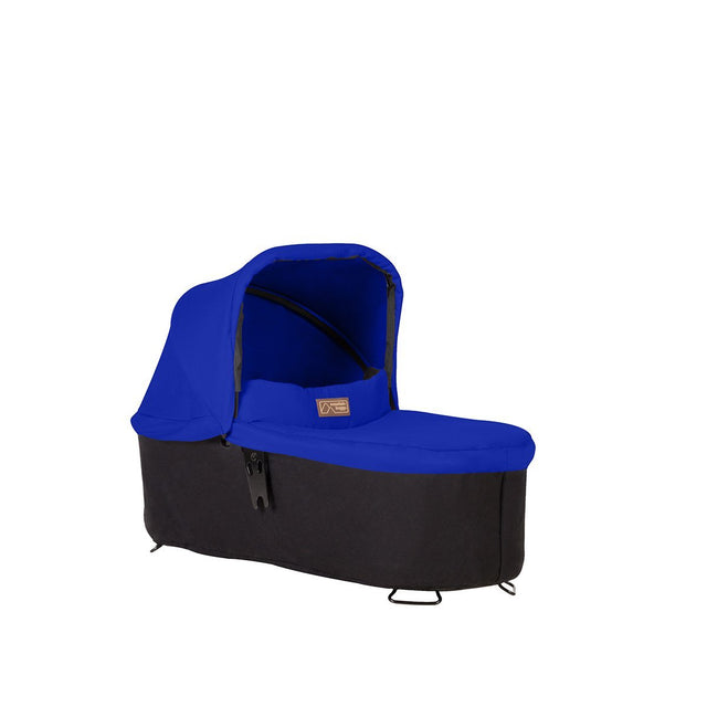 mountain buggy pre-2019 carrycot plus para swift y mini en modo plano 3/4 vista mostrada en color marine_marine