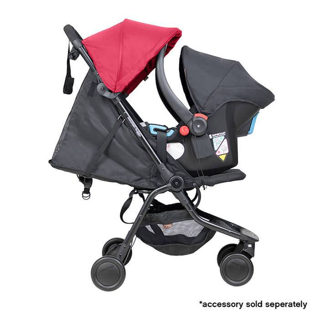mountain buggy nano  travel buggy de couleur rouge rubis avec protection de la capsule bébé côté fixation sur view_ruby