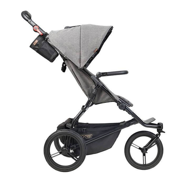 Mountain Buggy urban jungle Kinderwagen der Luxus-Kollektion in Fischgrätfarbe seitlich abgebildet mit aufrechter Sitzposition_Fischgrät