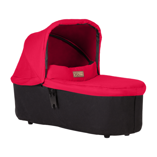 "mountain buggy avant 2019 carrycot plus pour urban jungle, terrain et plus un carrycot plus en mode ""lie flat"" Vue 3/4 montrée en couleur berry_berry"