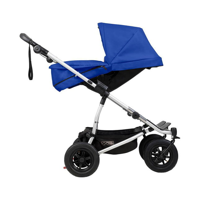 "mountain buggy duet double buggy avec carrycot plus vue de côté en mode ""parent facing"" montré en couleur marine_marine"