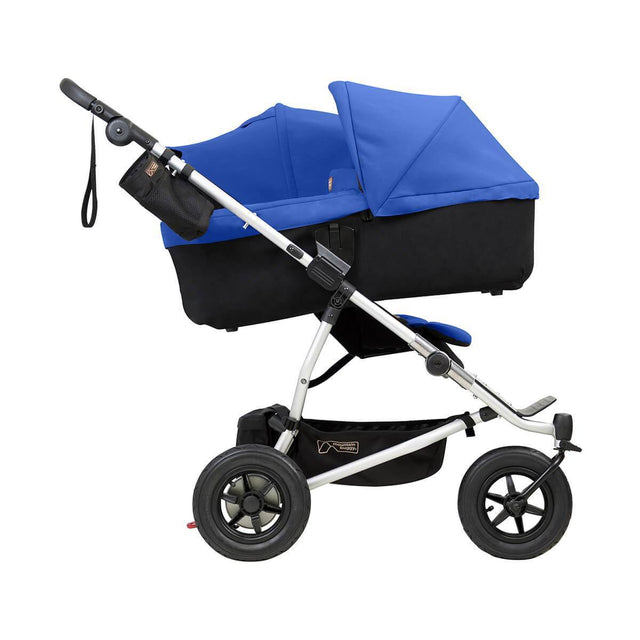 mountain buggy duet double buggy dont un carrycot plus en mode incliné vue de côté en couleur marine_marine