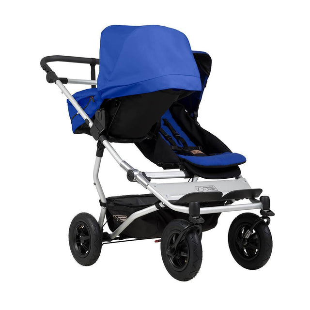 mountain buggy duet double buggy dont l'un carrycot plus est en mode parental 3/4 vue en couleur marine_marine