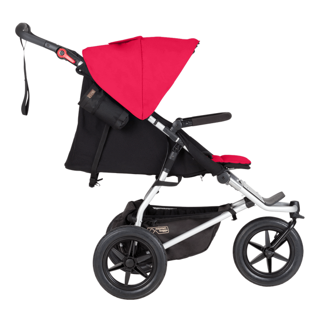 Mountain Buggy cochecito todoterreno en la urban jungle con asiento plano vista lateral mostrada en color berry_berry