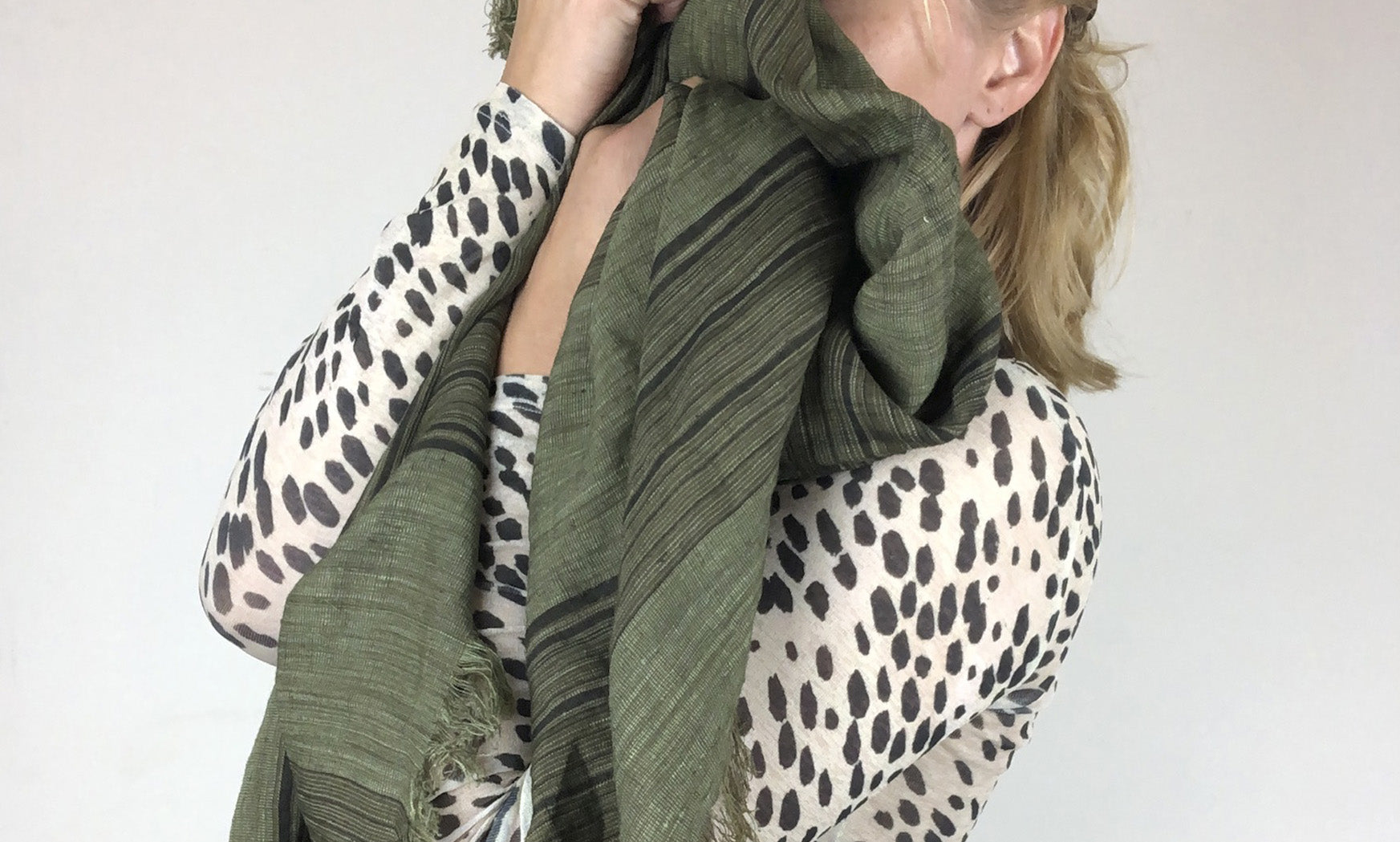 Hymness scarfs with melange look with silk and linen.