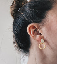 Load image into Gallery viewer, Pearl resin brushed gold earrings