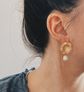 Gold earrings with pearl drop
