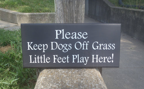 Please Keep Dogs Off Grass Little Feet Play Here Wood Vinyl Sign Front Outdoor Yard Sign Backyard Decor Personalized Exterior Signs For Home - Heartfelt Giver