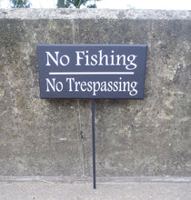 Load image into Gallery viewer, No Fishing No Trespassing Wood Vinyl Stake Sign Everyday Backyard Outdoor Sign For Yard Decoration Pond Lake Stream Home Sign Decor Keep Out