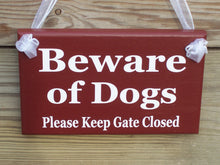 Load image into Gallery viewer, Beware of Dogs Please Keep Gate Closed Wood Vinyl Gate Sign Outdoor Red Home Decor Housewarming Door Hanger Wall Decor Pet Supplies Dog Cat
