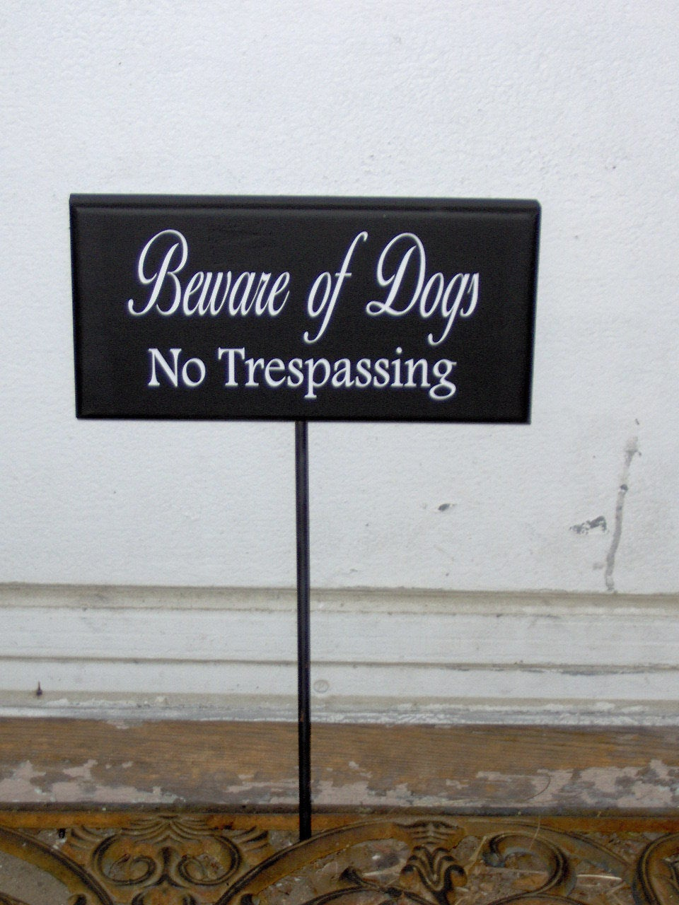 Beware Of Dogs No Trespassing Wood Vinyl Yard Stake Sign Home Yard Sign Yard Decor Porch Sign Garden Security Pet Supplies Guard Dog Sign