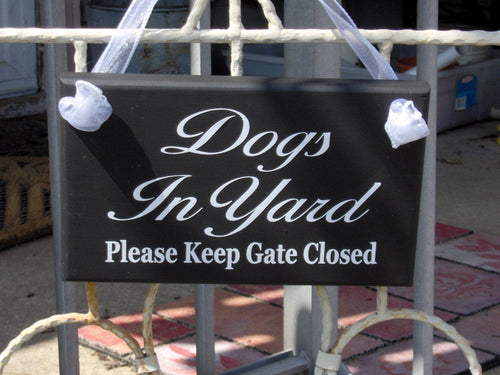 Dogs In Yard Please Keep Gate Closed Wood Vinyl Signs Security Gate Sign Dog Lover Gift Guard Dog Door Hanger Dog Signs New Home Puppy Yard