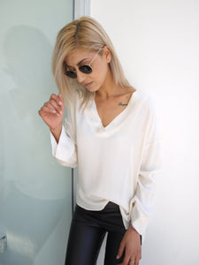 Blouse with detail around the neck beige / black