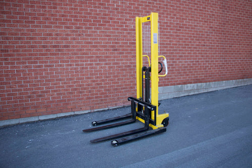 Manual hydraulic straddle stacker with 3300 lbs capacity