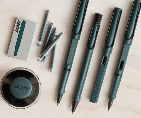 The LAMY safari in 2017's Petrol Special Edition, laid out here in fountain pen, rollerball, ballpoint, mechanical pencil and matching ink