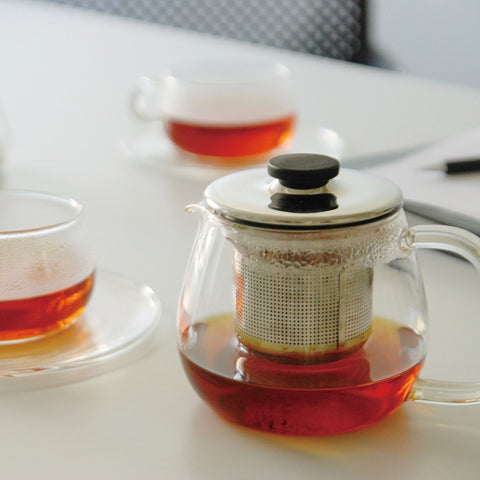 Kinto's Unitea range, featuring a teapot and two cups holding deep-amber tea
