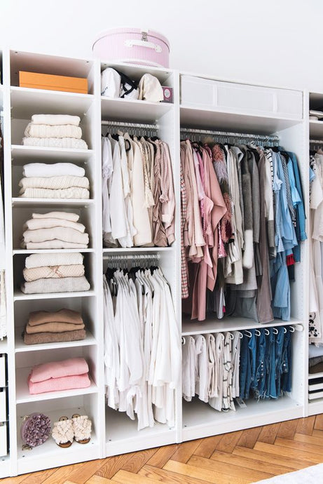 COAT HANGERS VS. SHELVES: KNOW WHAT'S BEST FOR YOUR CLOTHES!