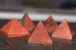 Fine polished Red Jasper - Pyramid 12 -16 MM 10 pieces