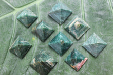 Load image into Gallery viewer, Fine polished green mica pyramid - Pyramid 25 -32 MM