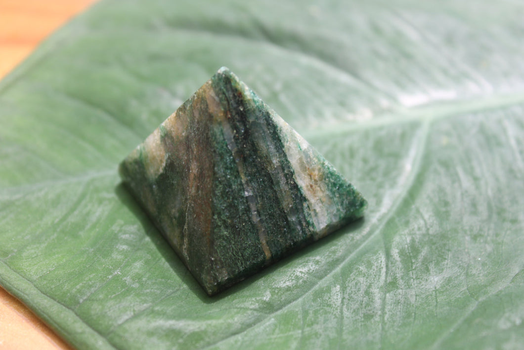 Fine polished green mica pyramid - Pyramid 25 -32 MM