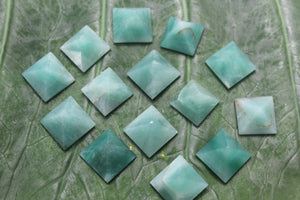 Fine polished green mica pyramid - Pyramid 15 -22 MM 5 PCS