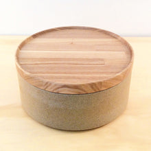 Load image into Gallery viewer, HASAMI PORCELAIN MEDIUM BOWL + LID - SAND