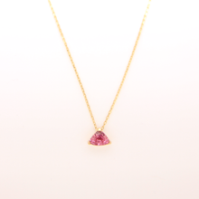 Laden Sie das Bild in den Galerie-Viewer, Halskette MIRA mit Saphir, Pink, Trillion (1,24 ct)