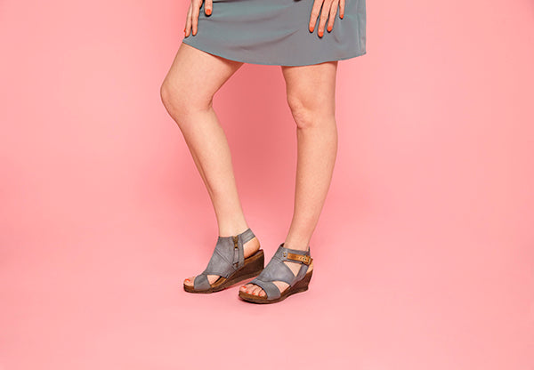 Woman modeling Scout wedges in Pebble colour