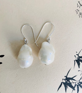 Play with the classic and contemporary with this feminine baroque pearl earrings made with silver component