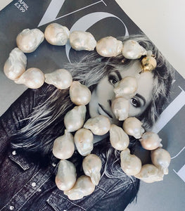 Lend a touch of splendour and style with this necklace made of exquisite baroque pearls and magnetic gold plated silver clasp