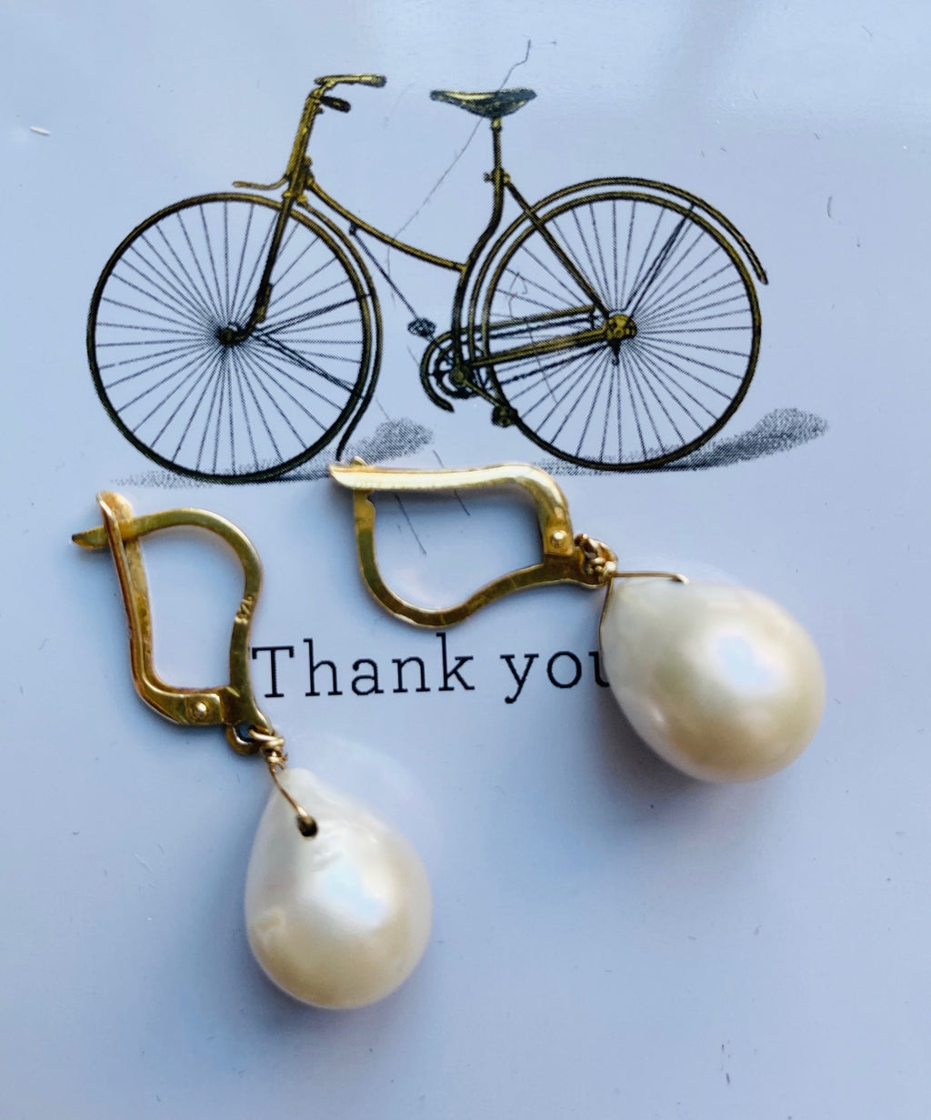 Easy to wear pearl earrings, adds elegance and style to every occasion. Gold plated silver base
