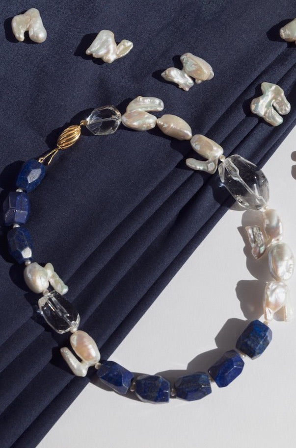 Can't be unnoticed with this neklace made of lapis lazuli, keishi pearls, crystal quartz, gold plated silver clasp