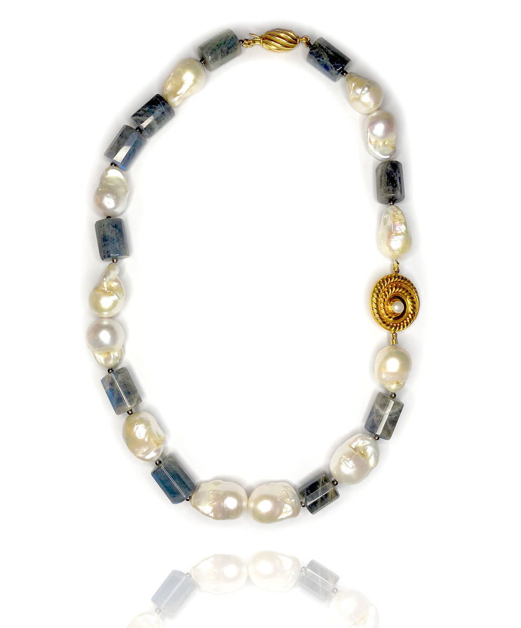 Dive in like a real siren with this remarkable play of translucent labradorite gemstone teamed up with baroque and keishi pearls. Accentuated with our signature gold plated silver ornament and clasp with the same material.