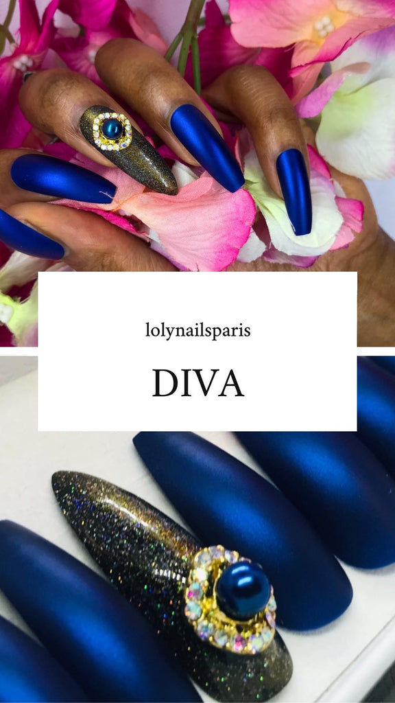 Faux ongles bleu avec des diamant. Forme coffin et stilettos provenant de chez lolynails paris.. Press on nails