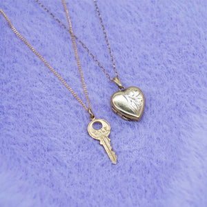 VINTAGE 9K GOLD KEY CHARM NECKLACE