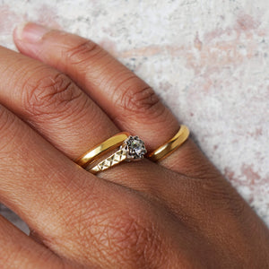VINTAGE 18K GOLD DIAMOND SOLITAIRE TEXTURED BAND RING