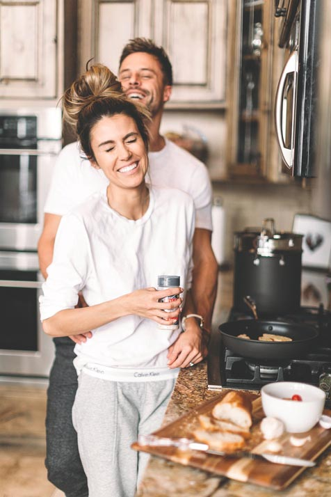 couples-photography-ideas-at-home-kitchen