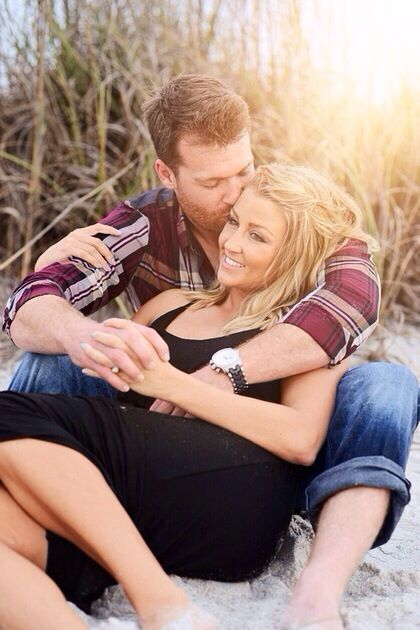 couples beach photography poses cuddling