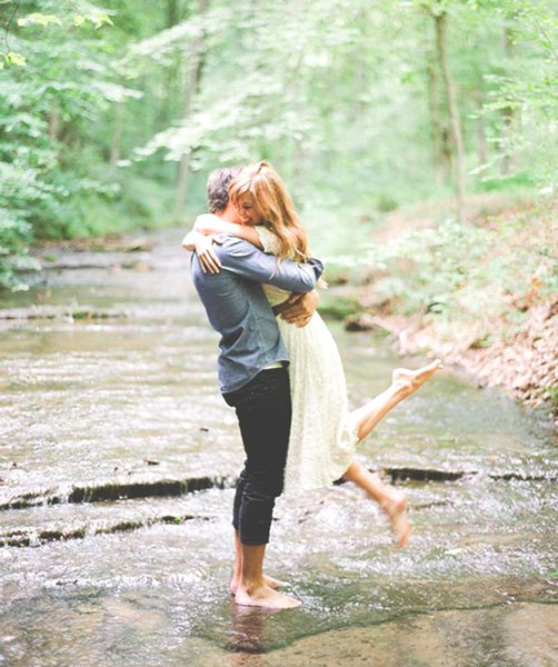 outdoor-couples-photography-ideas-in-the-rain